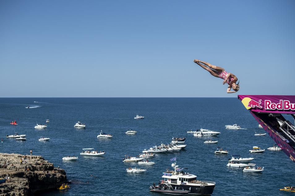 Spektakulär sind die Sprünge von Iris Schmidbauer, wie hier in Polignano a Mare in Italien, wo die Red-Bull-Serie Station machte. Die Frauen springen in einer Höhe von 21 Meter ab, die Männer aus 27 Metern.
