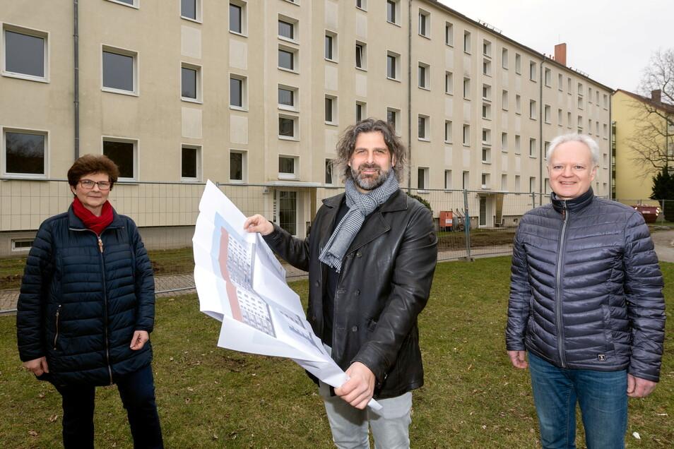 In der Johannes-R.-Becher-Straße in Bautzen wird ein Haus saniert. 32 Seniorenwohnungen sollen auf diese Weise entstehen, berichten Katrin Bartsch und Falko Glück von der Wohnungsgenossenschaft Aufbau sowie Architekt Axel Jäkel (Mitte).