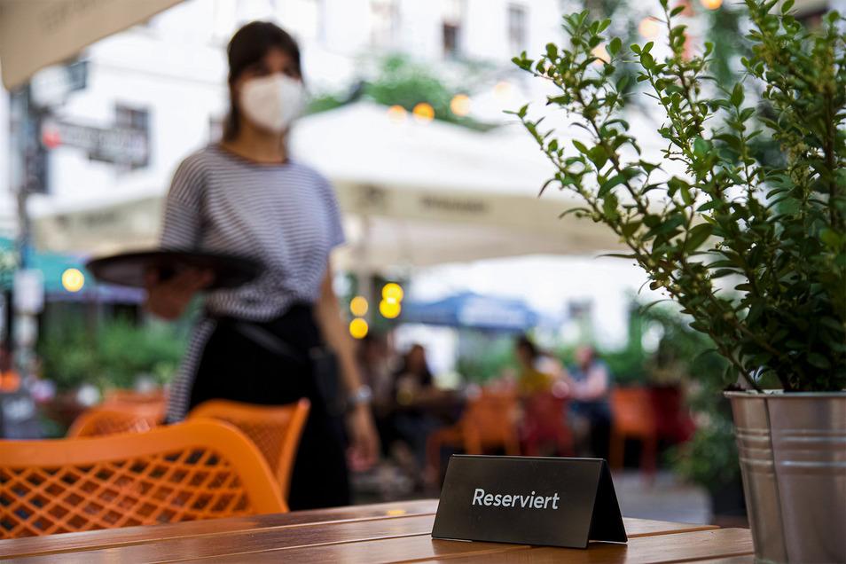 Servicekraft händeringend gesucht: Viele Hotels und Gaststätten finden aktuell kein Personal.