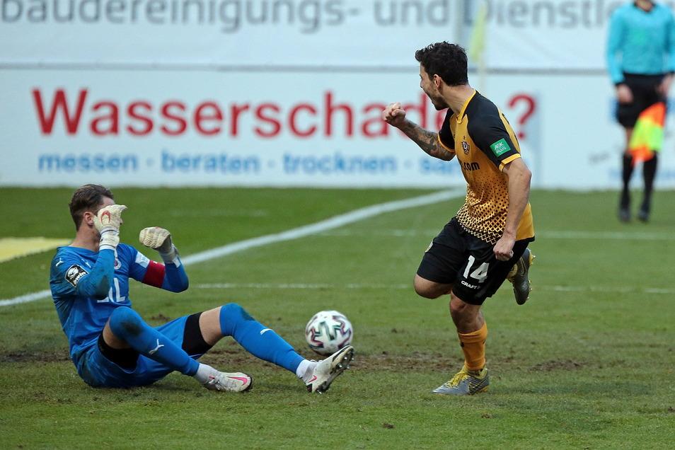 Philipp Hosiner jubelt nach seinem verwandelten Elfmeter zum 2:2, Kölns Torwart Sebastian Mielitz ist bedient.