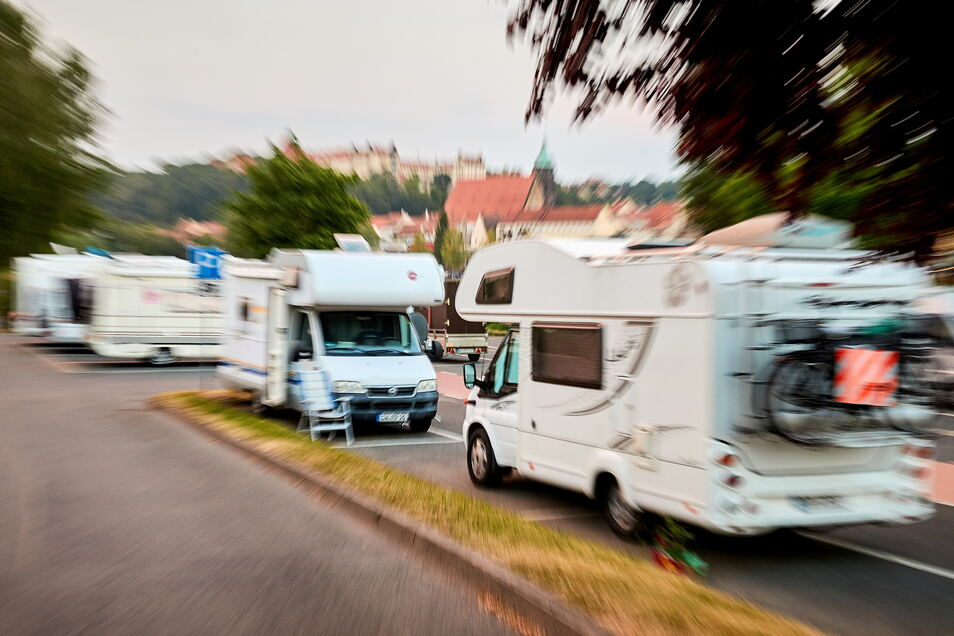 Wohnmobile auf dem Elbeparkplatz Copitz: zu viele Camper, zu viel Müll.
