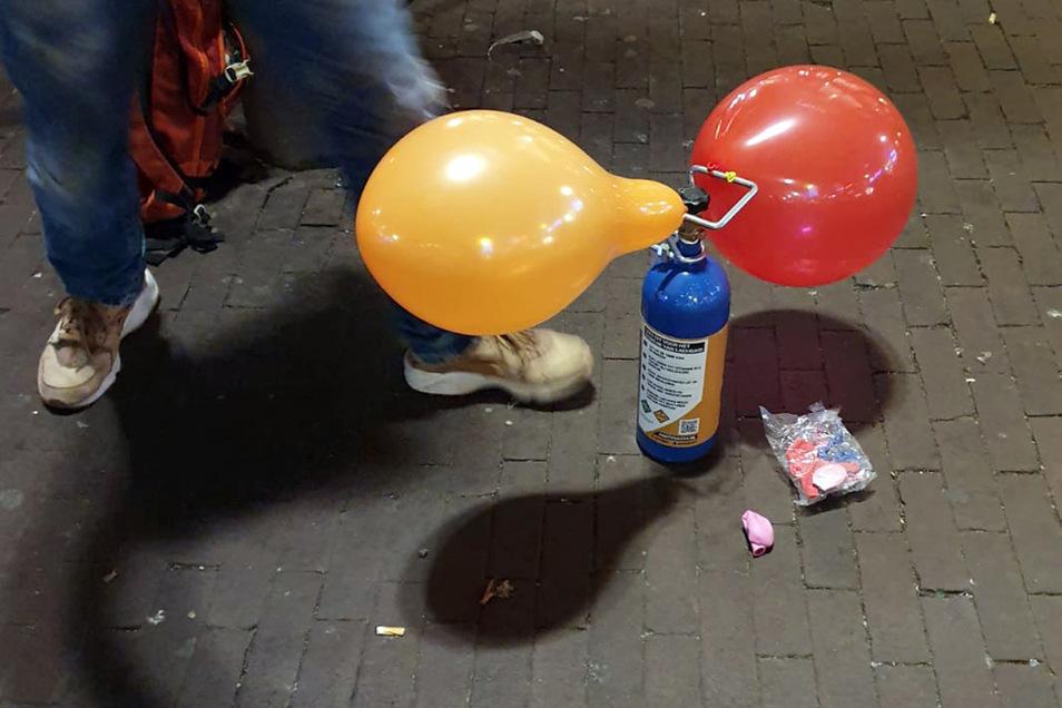 Ein Straßenhändler verkauft mit Lachgas gefüllte Luftballons in Amsterdam.