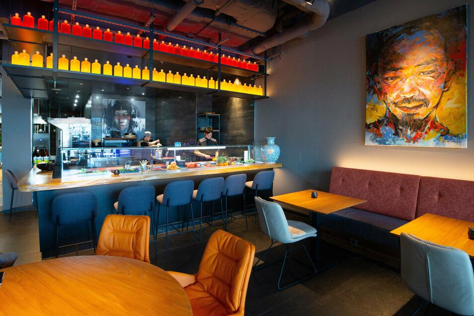 An der offenen Sushi-Bar können die Gäste den Köchen bei ihrer Arbeit zuschauen.