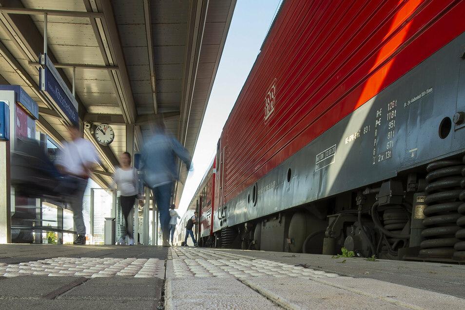 Wenn die S-Bahn zu voll wird, sollte man - wegen der Ansteckungsgefahr - den nächsten Zug nehmen, heißt der Ratschlag der Deutschen Bahn.