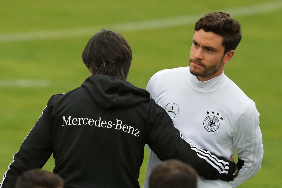 Joachim Löw mit Jonas Hector. Hector hat seinen Rücktritt aus der deutschen Fußball-Nationalmannschaft erklärt.