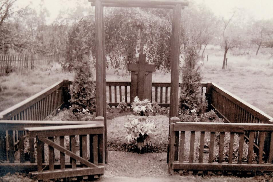 So sah das Denkmal einst aus. Ein großes Kreuz und ein Zaun drumherum. 21 Menschen, die in den letzten Kriegstagen in Jessen getötet wurden, sind hier begraben.