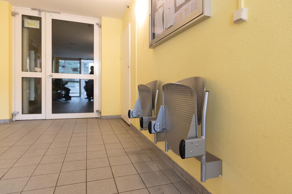 Immerhin: Weil die Aufzüge bereits 2016 längere Zeit defekt waren, hatte Vonovia damals auf jeder Etage Klappstühle anbringen lassen, damit sich die Senioren beim Warten hinsetzen können.