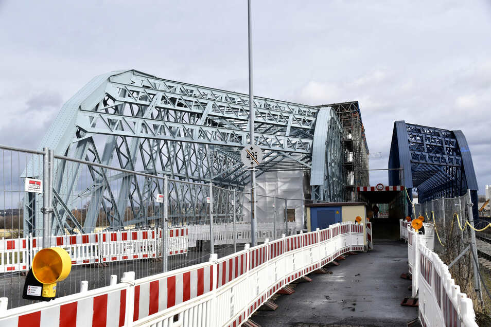 Diesen Ersatzweg müssen Fußgänger und Radfahrer derzeit nutzen, während die Brücke (l.) saniert wird. Der erste Teil ist bereits instandgesetzt und frisch gestrichen.