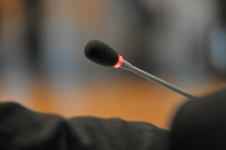 Ein Mikrofon im Stadtrat während einer Sitzung im Großen Ratssitzungssaal. Bei zwei Fraktionen rücken neue Mitglieder in den Meißner Stadtrat ein.