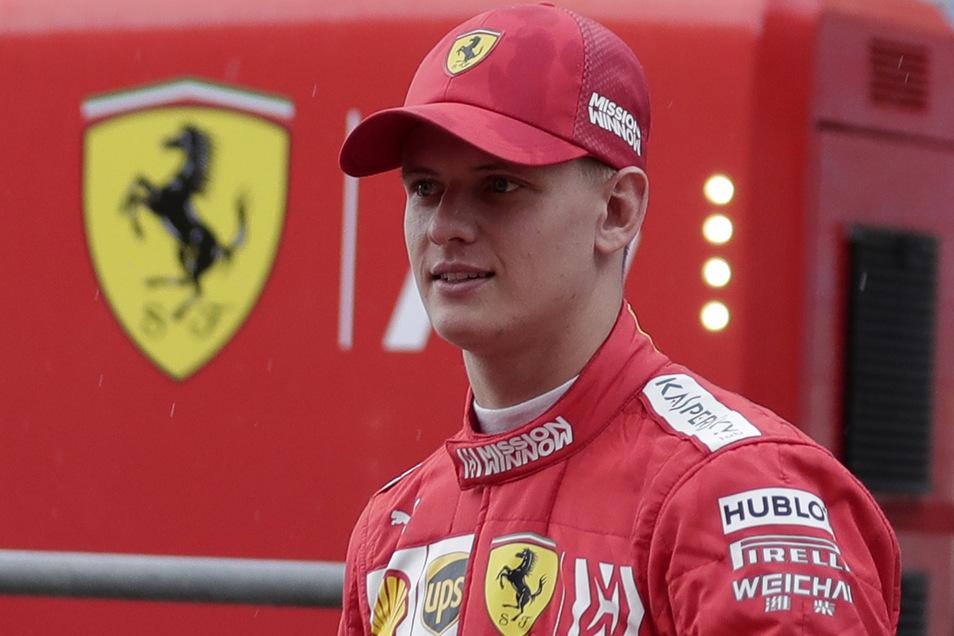 Michael Schumachers Sohn Mick soll das Rahmenprogramm mit Demorunden aufpolieren. Der Ferrari-Zögling und Formel-2-Pilot wird sich vor der Qualifikation am Samstag und vor dem Rennen am Sonntag ans Steuer des F2004 der Scuderia setzen.