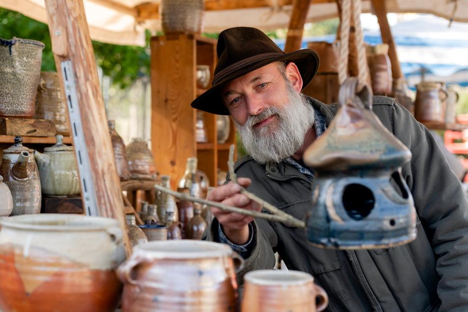 Ralf Blechschmidt aus Groitzsch kommt seit über zehn Jahren zum Töpferfest nach Neukirch. Mit im Gepäck hatte er diesmal Keramik, die im Holzfeuer gebrannt und mit einer Salzglasur verziert wird.
