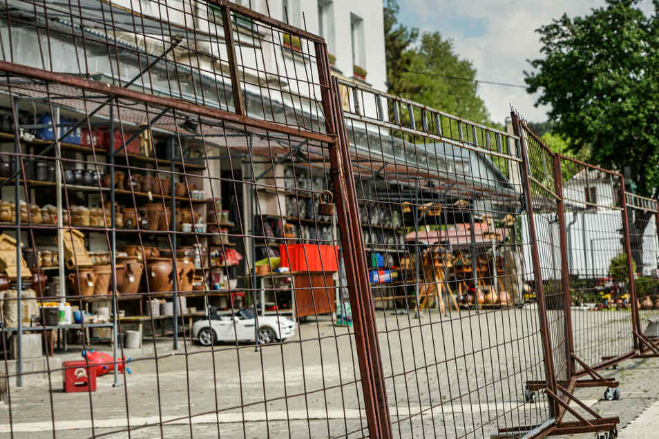 Obwohl die Händler bereits vor mehreren Tagen aus der tschechischen Presse von der bevorstehenden Grenzöffnung erfuhren, verlief der Auftakt in den Lädchen eher schleppend. Vor zahlreichen Buden und Ständen blieben die Gitter am Freitag noch zu.