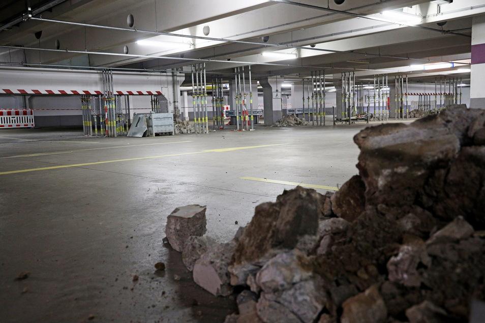Parken verboten: So sah es am Freitag auf Deck 3 des Parkhauses der Riesaer Elbgalerie aus. Kunden können allerdings auf den anderen Ebenen weiter ihr Auto abstellen, für begrenzte Zeit sogar kostenlos.