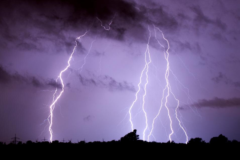 Nach einem Blitzeinschlag in ihr Haus suchen Rentner Hilfe. Als der vermeintliche Enso-Mann weg ist, werden sie im übertragenen Sinne ein zweites Mal vom Blitz getroffen.