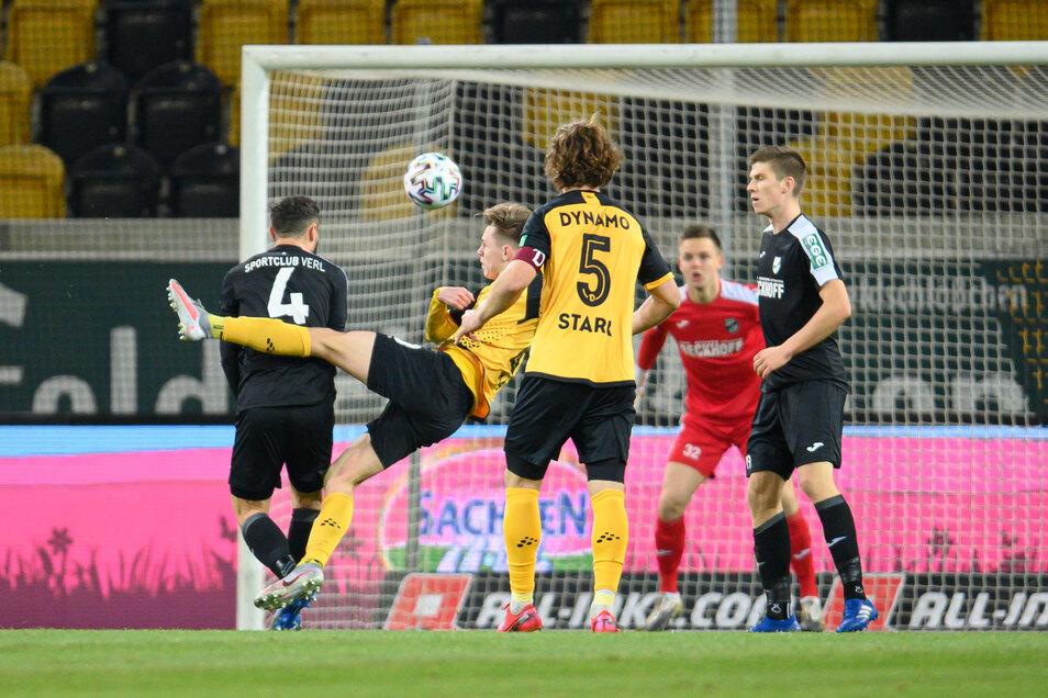 Das erste Tor des Tages ist zugleich das schönste. Julius Kade nimmt die Hereingabe von Pascal Sohm volley und trifft zur 1:0-Führung für Dynamo.