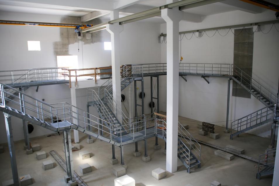 Ein Blick ins Technikgebäude. Eingebaut sind in dem Schieberhaus unter anderem schon die feuerverzinkten Treppen und Podeste.