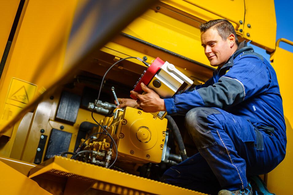Er hat den Aufstieg gemeistert und gehört zu den Meisterabsolventen 2019 – Landmaschinenmechanikermeister Markus Reeck (30) aus Dresden ist als Servicetechniker im Außendienst für Baumaschinen tätig und kümmert sich um Wartung, Reparatur und Fehlersuche.