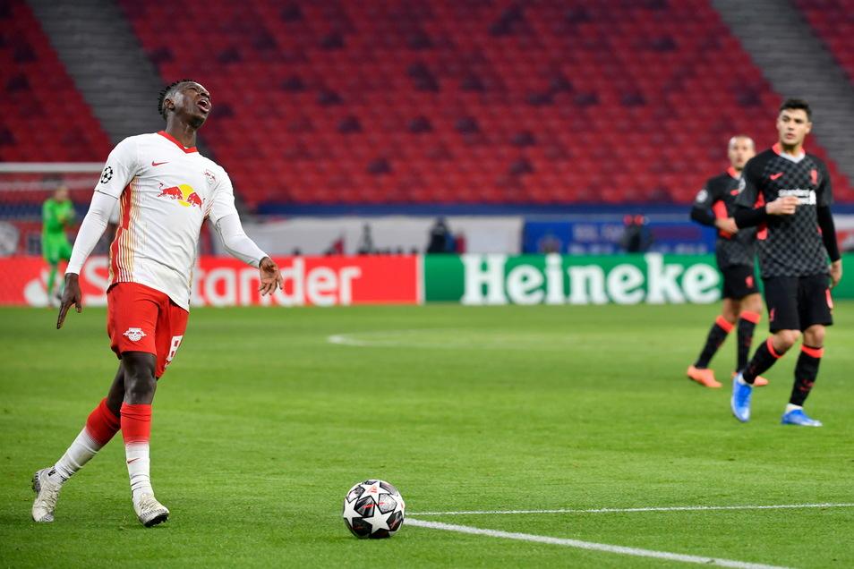 Leipzigs Amadou Haidara (l) reagiert nach einer wegen Abseitsposition abgepfiffener Offensivaktion leicht genervt.