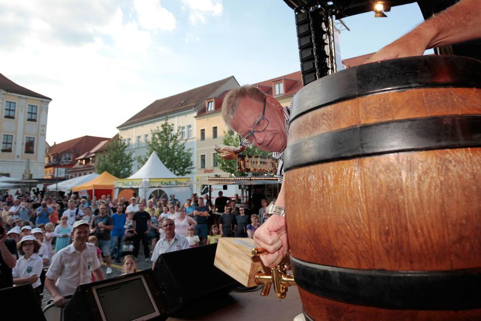Hunderte Besucher kamen in den vergangenen Jahren zum Fassbier-Anstich auf den Radeberger Marktplatz. Den nimmt traditionell OB Gerhard Lemm vor. Ob es in diesem Jahr besondere Auflagen geben wird, ist noch offen.