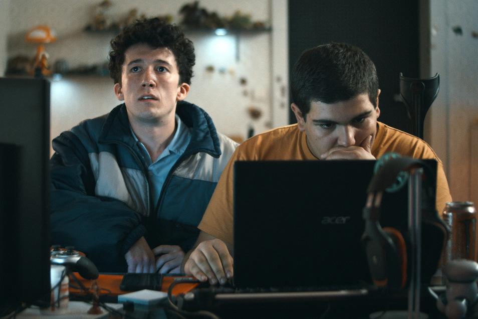 """Maximilian Mundt (als Schüler Moritz) und Danilo Kamperidis (als Kumpel Lenni) in einer Szene aus """"How to Sell Drugs Online (Fast)"""". Die Serie wurde mit einem Grimme-Preis ausgezeichnet."""