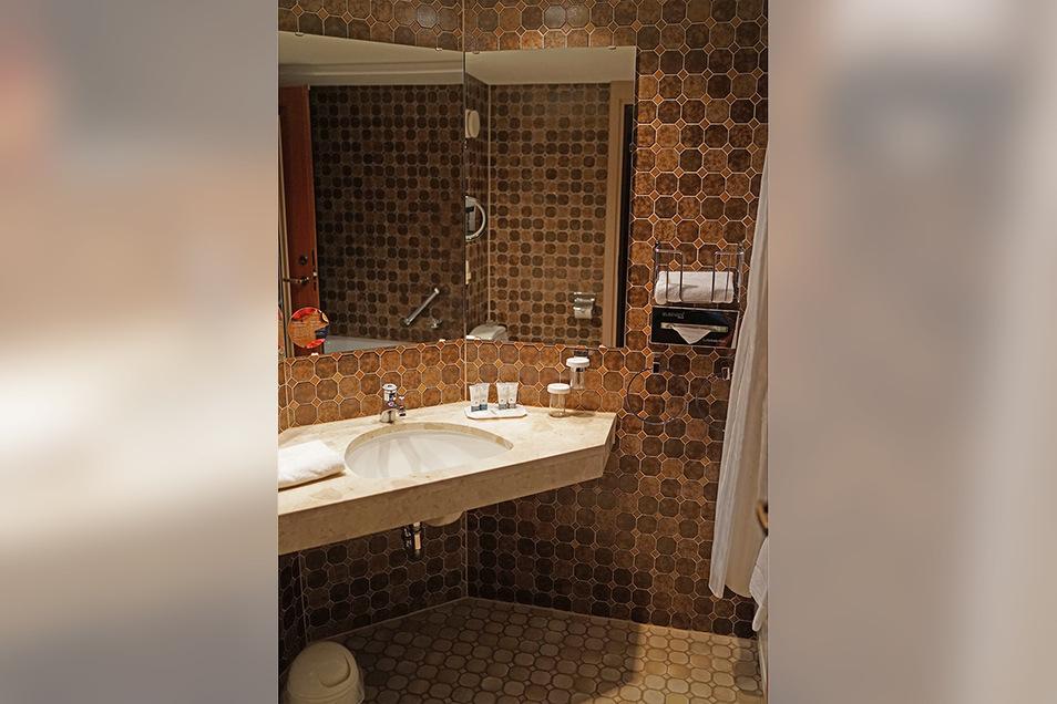 Diese Serie zeigt die Bäder der Doppelzimmer des Hotels aus drei Epochen: Diese Exemplar stammt aus dem Jahr 1985, als das Interhotel Bellevue eröffnete.