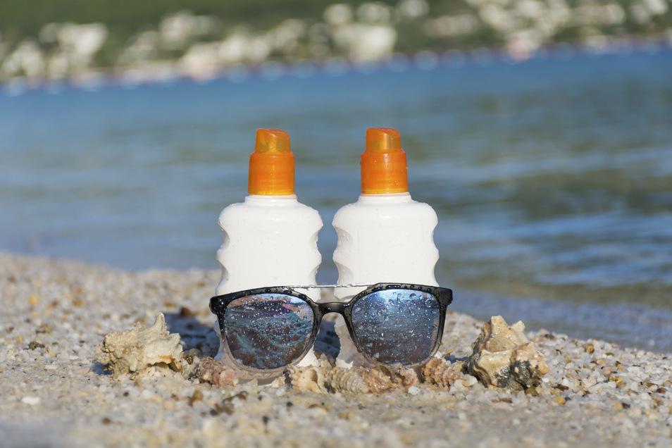 Erst eincremen, dann ins Wasser: Sonnenschutzmittel enthalten Filtersubstanzen, die die UV-Strahlung der Sonne nicht bis zur Haut durchlassen.