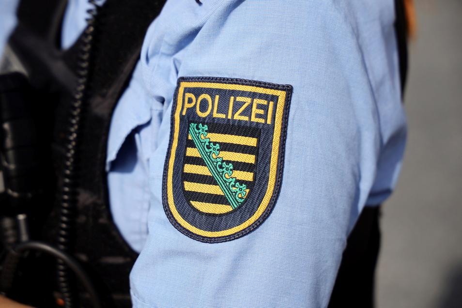 Ein 29-Jähriger zeigt in der Bautzener Innenstadt mehrfach den Hitlergruß und belästigt Passanten. Die Polizei ermittelt nun gegen den Mann.