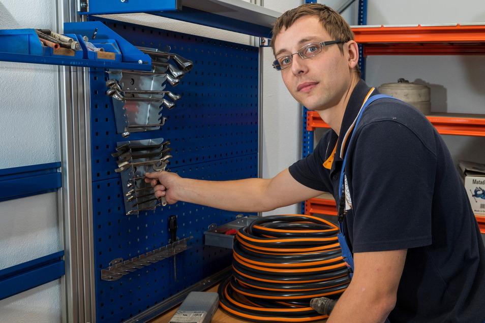 Gerätewart Michael Kohl räumt in der neuen Werkstatt das Werkzeug ein. Er ist froh, jetzt für Reparaturen mehr Platz zu haben.