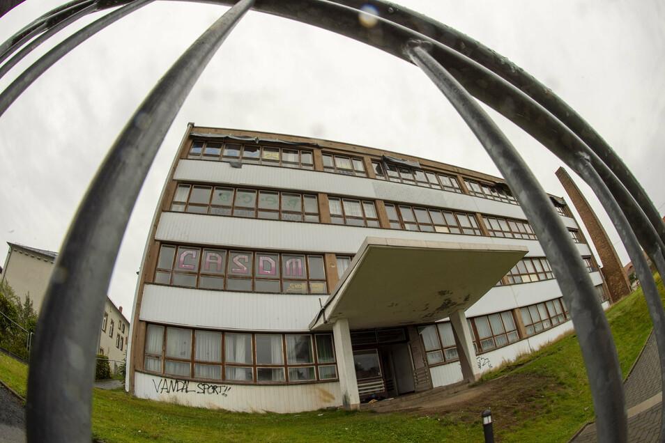 Das Gebäude der alten Mittelschule in Moritzburg an der Schulstraße soll ab Oktober abgerissen werden. Vorher will das THW darin noch mal üben.