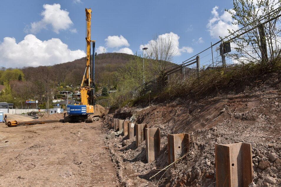 Gut ein Dutzend Stahlträger wurden ins Erdreich eingebaut, um das Gelände des Netto-Marktes zu stützen. Als nächstes werden hier die Holzbohlen eingebaut.