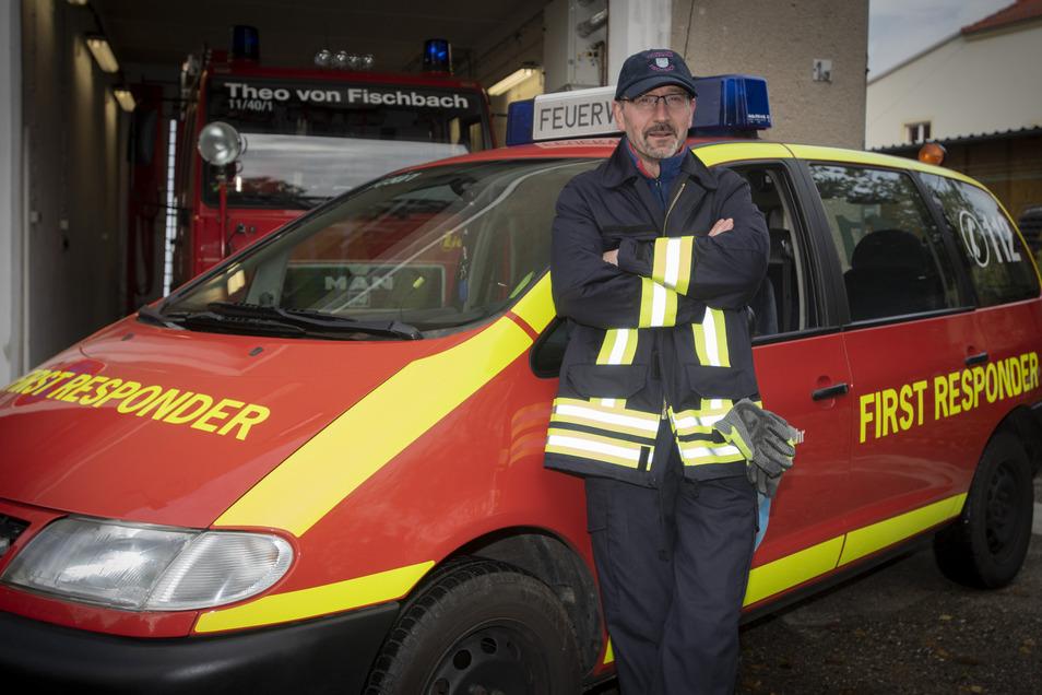 """Feuerwehrmann Ronald Stein steht vor dem neuen Fahrzeug. Der Maschinist darf den """"First Responder"""" bei Einsätzen fahren."""