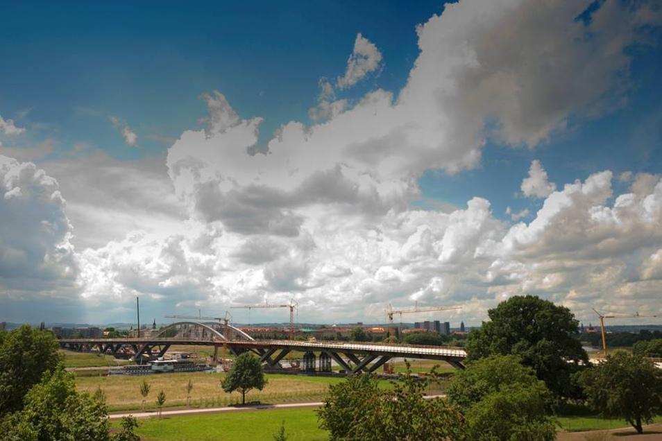 2012  2012 laufen die Arbeiten planmäßig. Man nahm an, dass noch Ende 2012  Autos über die Waldschlößchenbrücke rollen sollten.