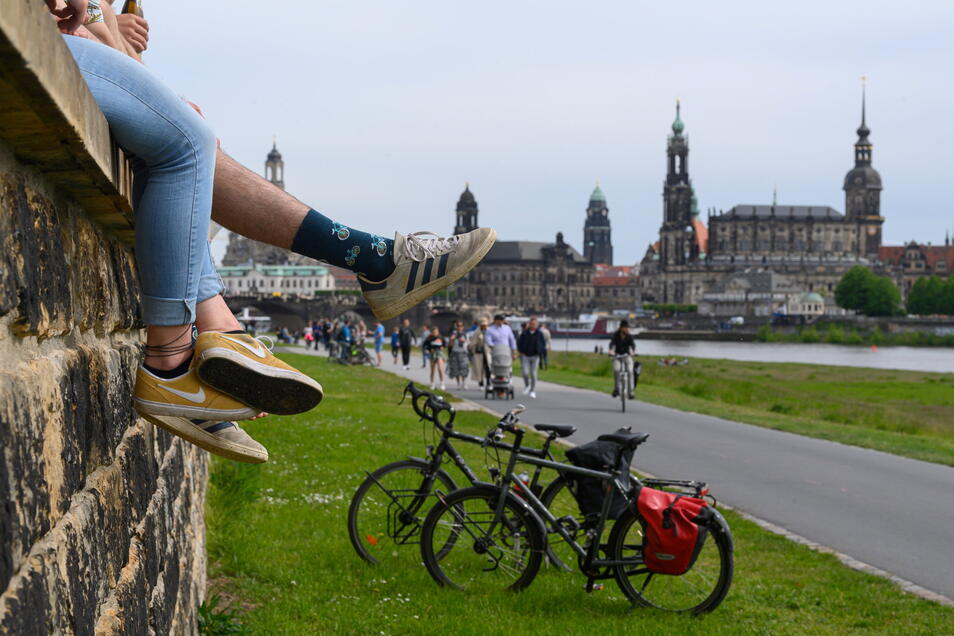 Passanten und Radfahrer genießen auf dem Elberadweg in Dresden das Pfingstwochenende.