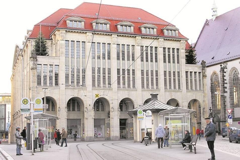 Das 1913 eröffnete Gebäude am Marienplatz in Görlitz steht seit fünf Jahren leer. Zuletzt wurde hier ein Kinofilm gedreht. Bald soll wieder Konsum stattfinden. Foto: dpa