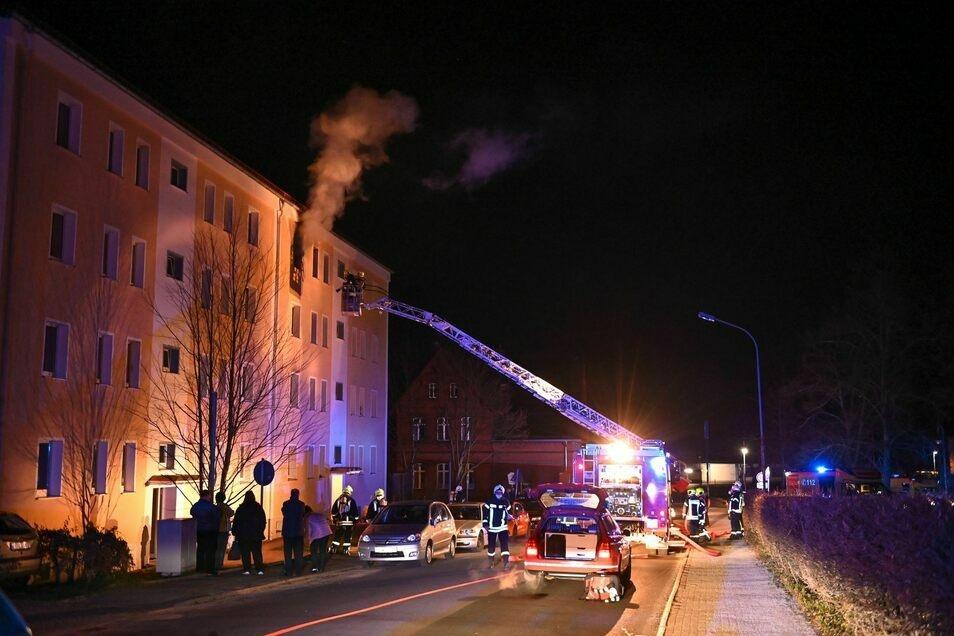Die Flammen schlugen aus dem Fenster, die betroffene Wohnung war komplett verrußt.
