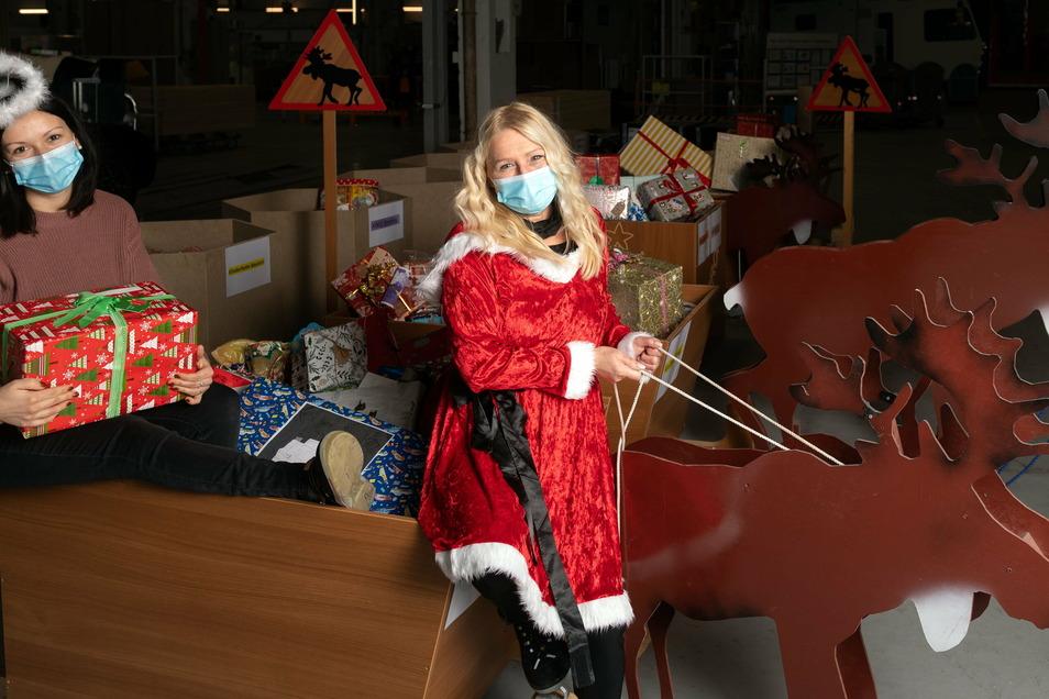 Schöne Bescherung: Helga Kloss (re.) und Linda Gnauck, die bei Capron in Neustadt arbeiten, verteilen Geschenke an 16 Kinderheime in Sachsen.