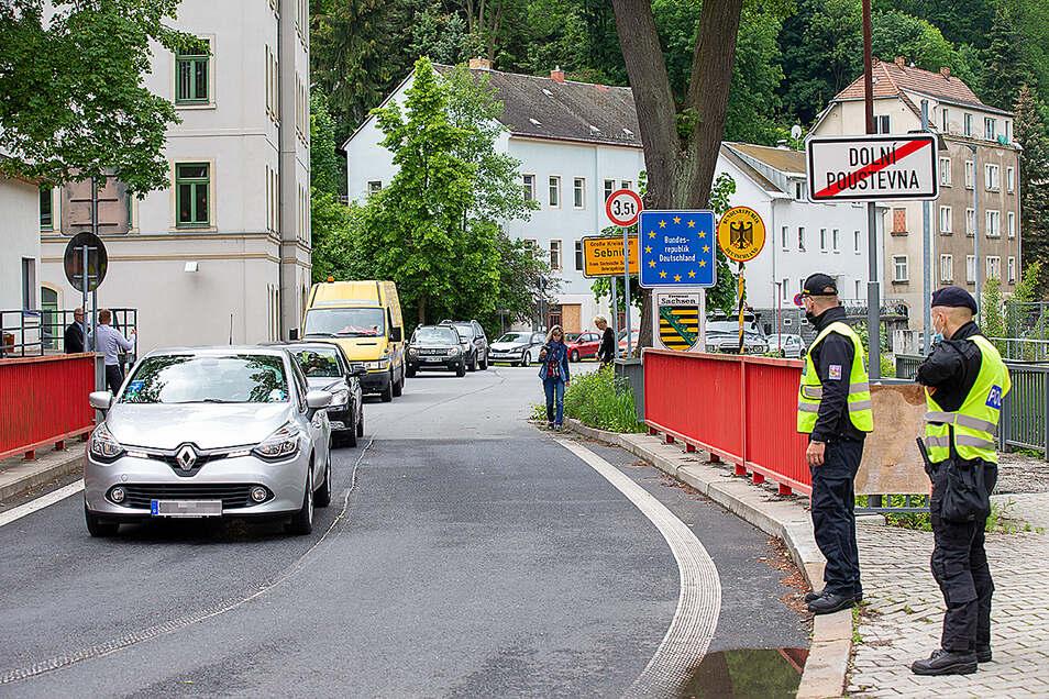 Seit Freitag 12 Uhr können wieder Fahrzeuge und Fußgänger die Grenzbrücke an der Böhmischen Straße in Sebnitz passieren.