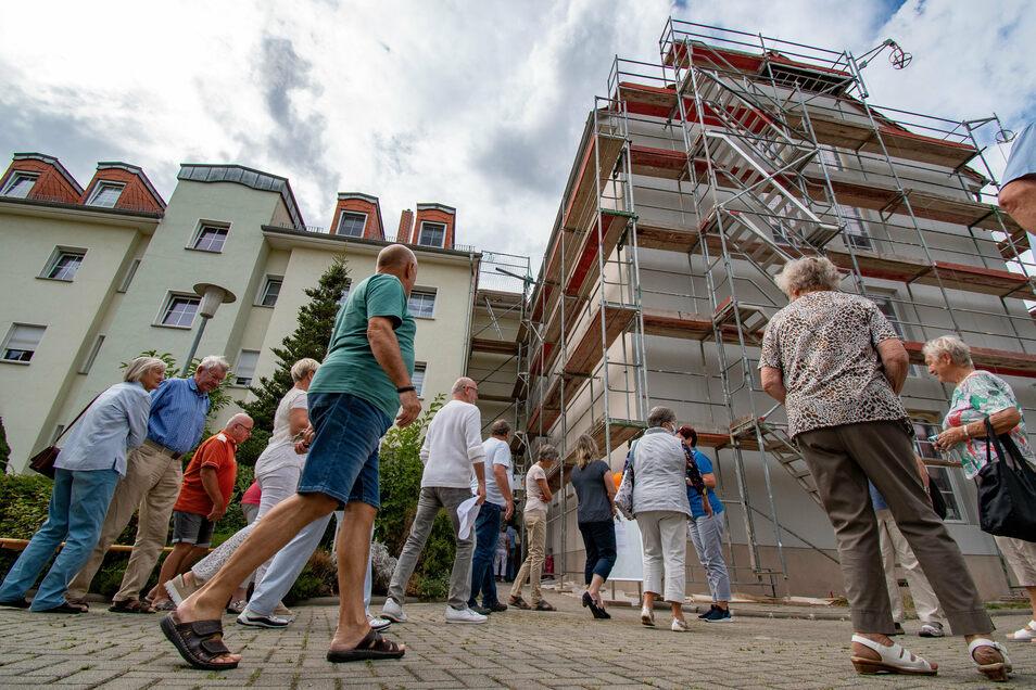 Etwa 100 Interessierte wollten zum Tag der offenen Baustelle die neuen Wohnungen an der Blumenstraße besichtigen.