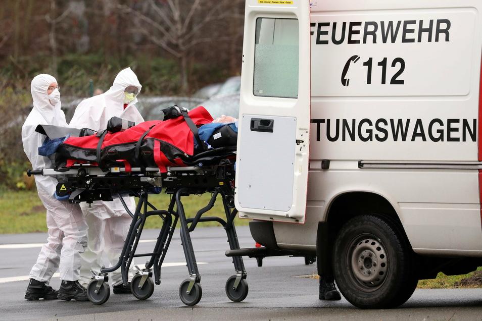 """Ein Corona-Intensivpatient aus Sachsen wird an der """"Universitätsmedizin Rostock"""" aus einem Hubschrauber in einen Krankenwagen verladen. In den kommenden Tagen werden in Mecklenburg-Vorpommern bis zu zehn Patienten aus Sachsen erwartet."""