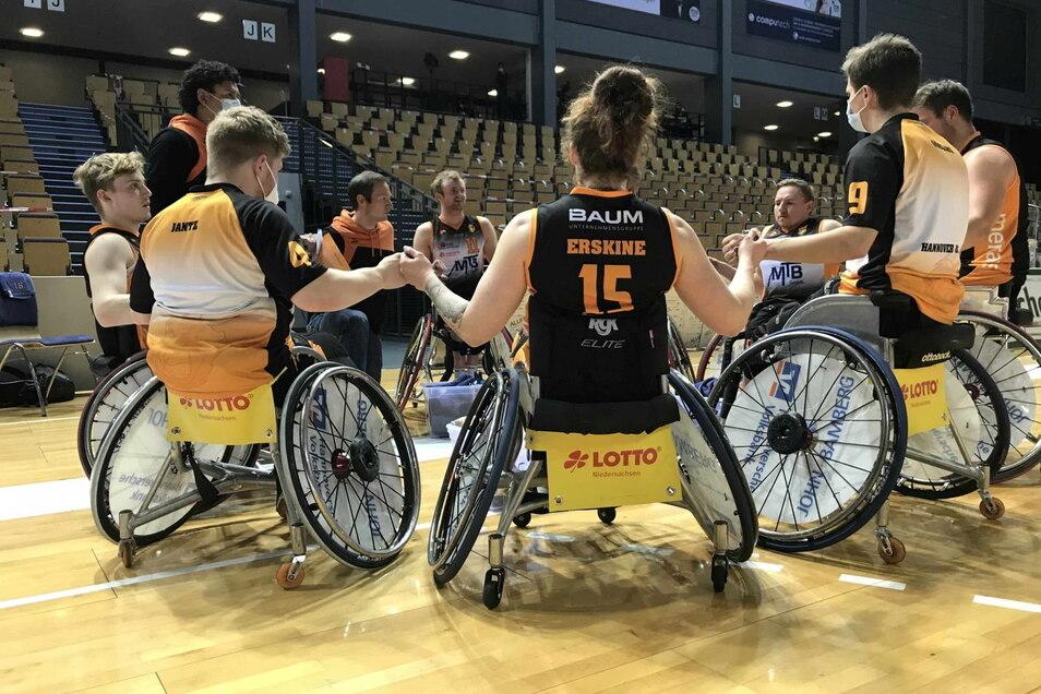 Seit zwei Jahren spielt Tobias Hell (l.) bei Hannover United Rollstuhlbasketball. Das Team hält fest zusammen.