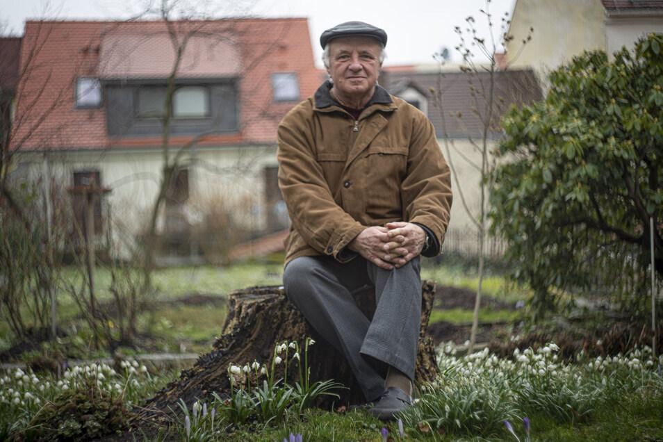 """Auch Lutz Schmeißer und seine Frau beteiligen sich am """"Tag der offenen Gartenpforte"""" am 17. Mai in Kamenz. Noch sieht es ziemlich nach Winter aus, aber der schöne Garten an der Bautzner Straße hat einiges zu bieten. Foto: René Plaul"""