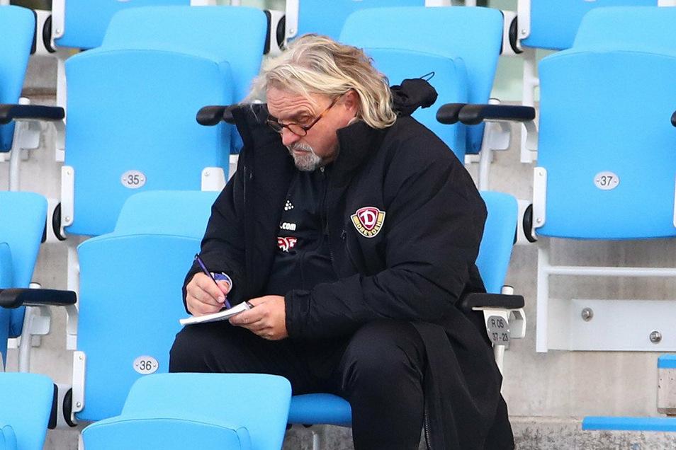 Nach seiner Roten Karte in der 35. Minute musste Dynamos Co-Trainer Heiko Scholz auf der Tribüne Platz nehmen.