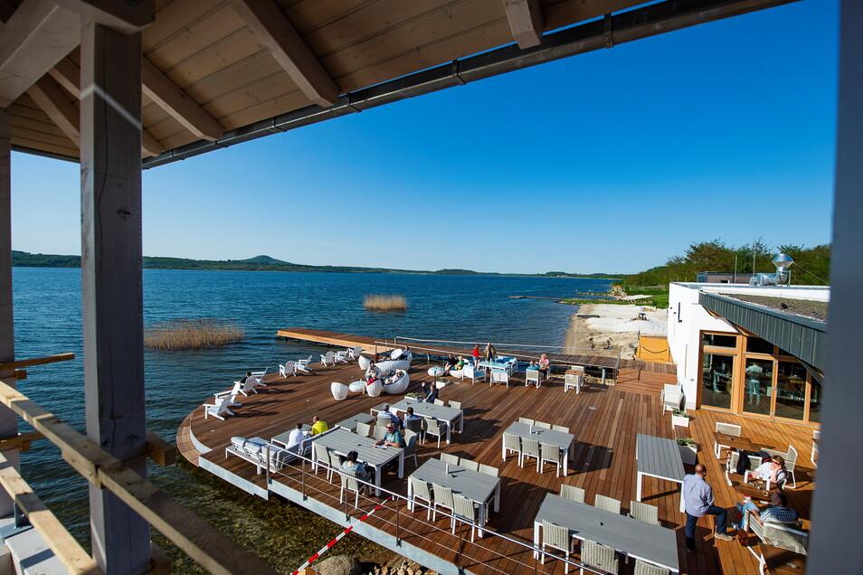 So schön können Gäste auf der Terrasse des Hotels Insel der Sinne am Berzdorfer See sitzen.