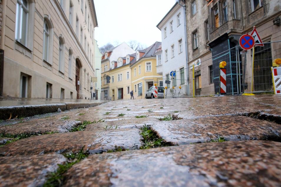 Ewiges Ärgernis – weil die bayerische Eigentümerin das denkmalgeschützte Wohnhaus Görnische Gasse 32 (rechts im Bild) weiter verfallen lässt, könnte auch der geplante Ausbau der Straße verhindert werden.