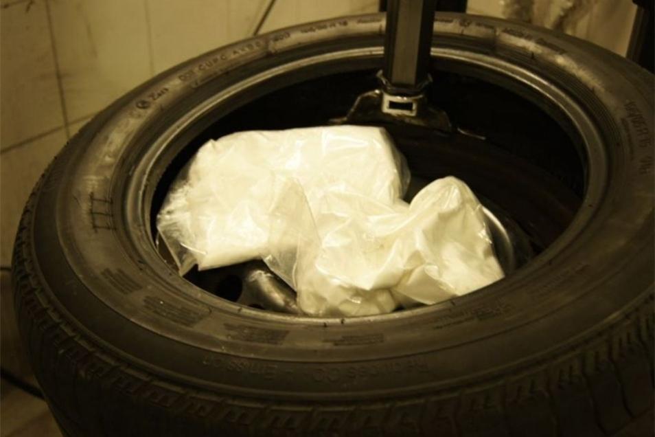 Die Drogenpäckchen fanden Polizisten in einem Autoreifen bei weiteren Durchsuchungen in drei Bundesländern.