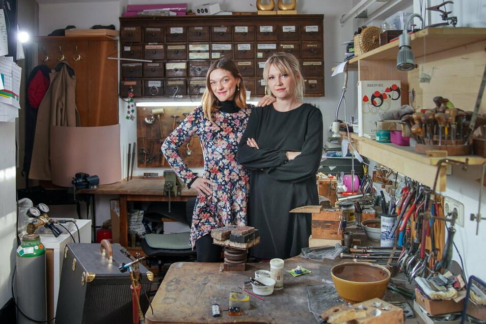 Anna-Maria Schelle (li.) und Yvonne Schelle in der Goldschmiedewerkstatt in Radeberg. Yvonne wird im kommenden Jahr gemeinsam mit ihrem Ehemann das Geschäft weiterführen. Anna-Maria betreibt den St.Annen Werksalon in Dresden.