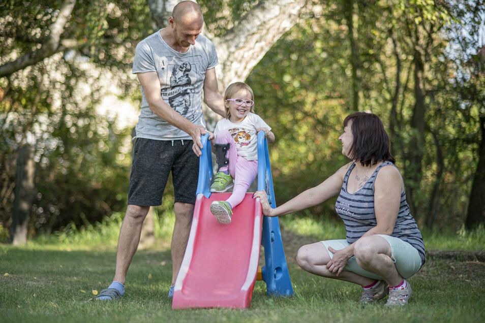 Alina aus Kamenz leidet an dem unheilbaren Leigh-Syndrom, einer seltenen Stoffwechselkrankheit. Die Dreijährige entwickelt sich körperlich wie geistig zurück. Ihre Eltern Constanze und Marcel Engmann geben ihr die nötige Liebe.