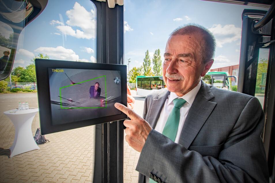 Die Kamera an der A-Säule des Busses warnt, wenn sich ein Fußgänger oder Radfahrer im toten Winkel des Busses befindet. Michael Tanne, Chef von Regiobus Mittelsachsen, hat schon 35 Busse mit der neuen Technik bestellt.
