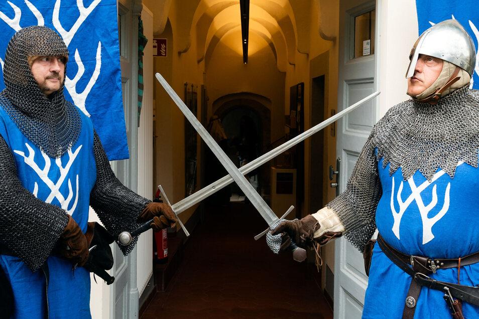 Sehen nur auf den ersten Blick kampfeslustig aus und als ob sie den Eingang versperren: Jens Fischer (l.) als Ritter Karl und Jörg Recknagel als Burggraf Heinrich.