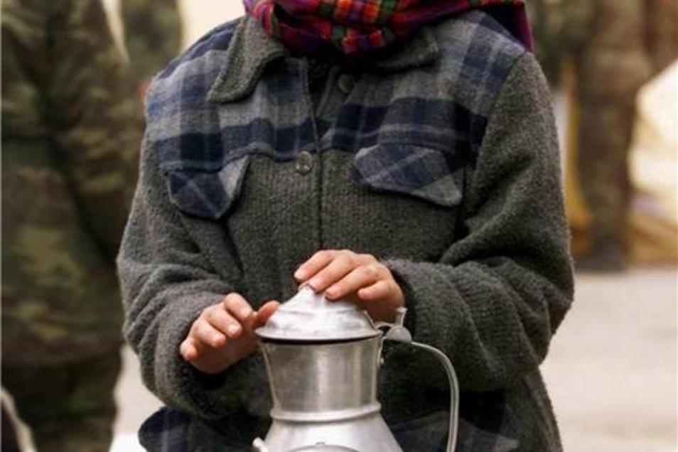Nach einem weiteren schweren Erdbeben im November 1999, das die Stadt Düzce im Nordwesten der Türkei quasi dem Erdboden gleich machte, wärmt sich eine junge Frau an einer Teekann auf.